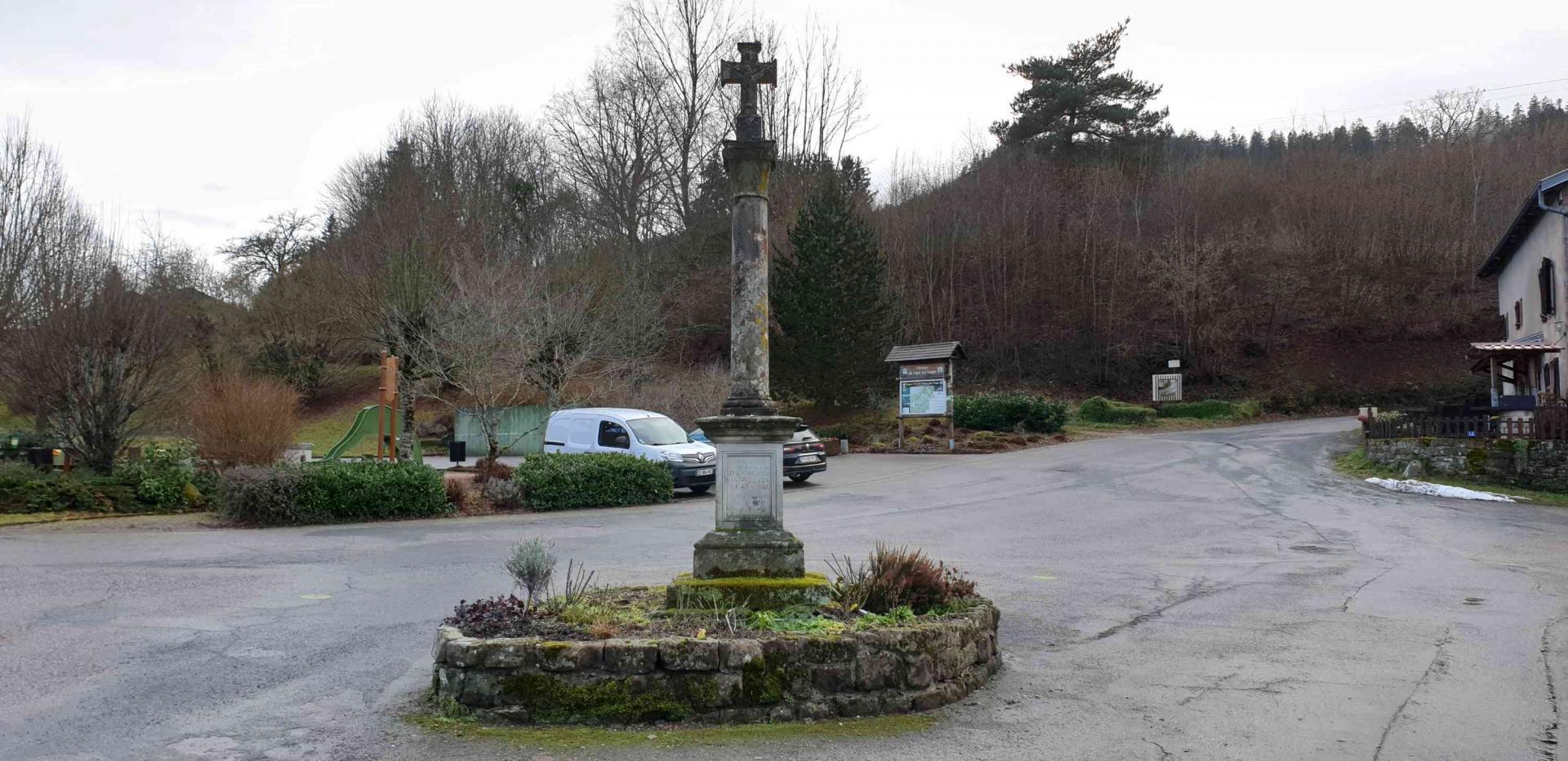 Croix rue du village